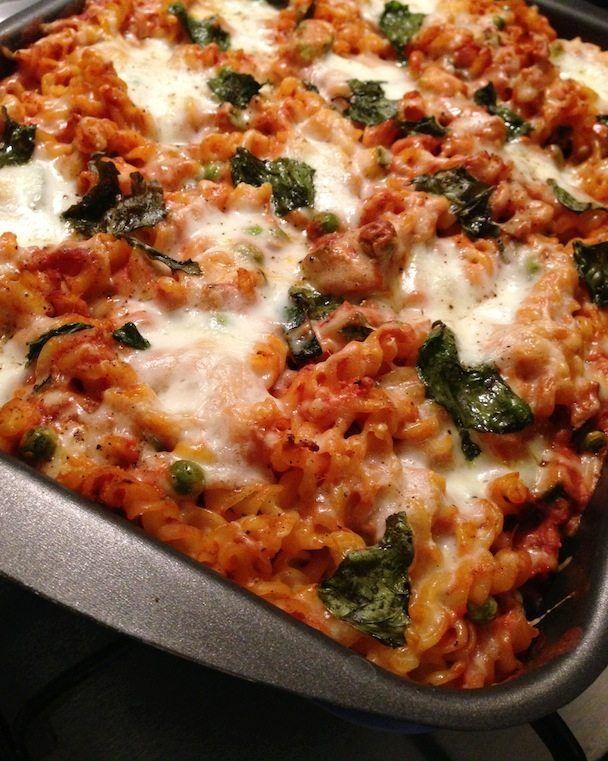 Deze pasta ovenschotel met tonijn is weer eens wat anders, heel eenvoudig om te maken én super lekker. // Francesca Kookt