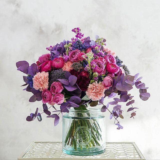 Гармоничный и необычный букет, против которого не устоит сердце ни одной девушки. Розы, ранункулусы, гвоздики, гортензии, маттиола, гиацинты, трахелиум собраны в прекрасном коктейле, где каждый из цветков – словно мазок акварели на палитре художника. Ниспадающий водопад эвкалипта усилит впечатление от живописной аранжировки. Состав: гортензия, гиацинт, маттиола, ранункулус, гвоздика, кустовая роза. #цветыназаказмосква  #свадебныйсалонмск #buketbutik #БукетБутик