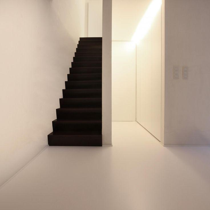 Alles in de woning is wit, behalve de in donkere wengé uitgevoerde trap.