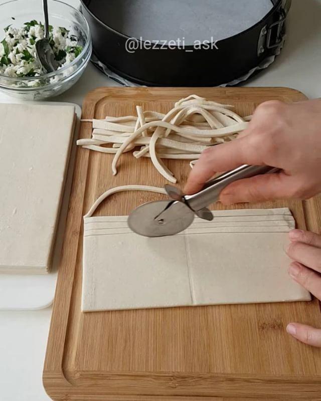 Çıtır Börek Tarifi için Malzemeler    12 yaprak milföy   1 kase peynir   1 tutam maydanoz  [caption id=