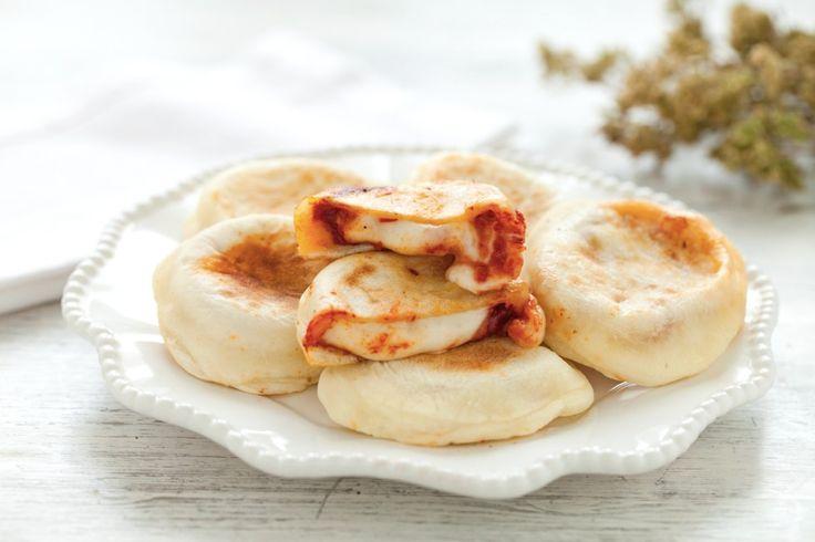 Le pizzette in padella sono uno snack goloso e originale adatto per un aperitivo, un brunch o un pic nic. Provate la ricetta del Cucchiaio d'Argento!