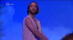 Ágoston Áté ahogyan Tobi hátáról énekel a Hétvezér című új darabban
