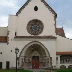 lášter Porta Coeli (Brána nebes) v Předklášteří u Tišnova, zalozen r. 1232 královnou Konstancií jako ženský cisterciácký klášter. Klášter několikrát zpustošen či zrušen, nakonec byl však vždy obnoven. Rozsáhlému komplexu vévodí románsko-gotický kostel Nanebevzetí Panny Marie, jehož bohatě zdobený západní portál je ukázkou raně gotického umění ve střední Evropě.  prolínají se zde zkušenosti kameníků ze severní Itálie obohacené o poznatky francouzské gotiky.