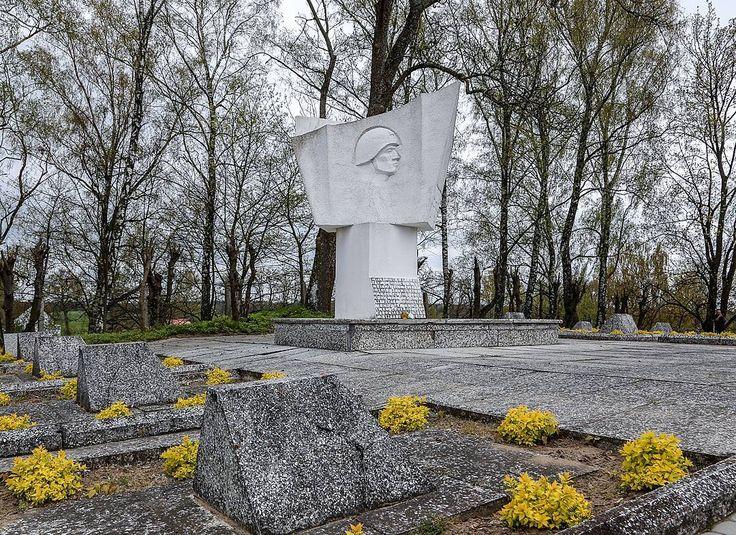А это уже Братское кладбище войнов Советской Армии и военнопленных в #Пененжно Здесь похоронены солдаты погибшие 17 февраля 1945 года в боях за город. 23 братские могилы огорожены бетонными бордюрами на которых установлены надгробия. В центре расположен памятник с изображением советского война. Здксь мы тоже возложили цветы и оставили венок #Польша #дорогипамяти #вов #автопробег #автопробег2016 #память #ДеньПобеды #9мая