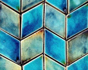 área de 50 x 50 cm de azulejos de pared hexagonal azul/Aqua.  Tamaño del azulejo individual: ancho = 10.5 cm, altura = 9 cm, profundidad: 8 mm  Hecho a mano por encargo, con un llamativo cobalto azul y aqua patrón, estos exquisitos azulejos felicitará cualquier interior. Por qué no hacer una característica de una pared del baño (o paredes) o poner una cocina a la vida con colores vibrantes.  Los esmaltes se mezclan totalmente con materias primas. La arcilla es desenrollada, cor...