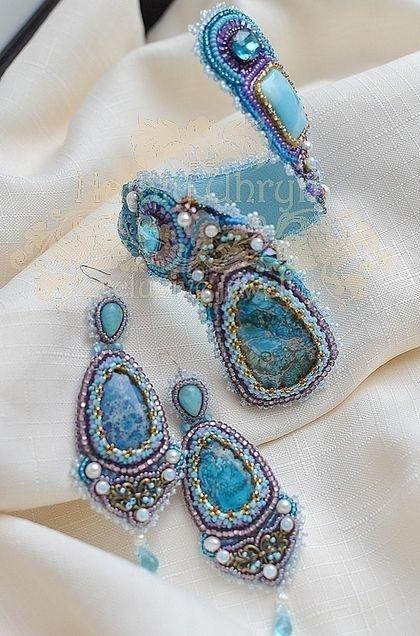 Купить или заказать браслет+серьги 'Капель' в интернет-магазине на Ярмарке Мастеров. Свежо-голубой, акварельный комплект из витого браслета и длинных серьг -- идеальное украшения для морского побережья. Прекрасно подходит под летние наряды, браслет отлично держится на руке, можно согнуть под собственные формы. Серьги на серебрянных швензах.