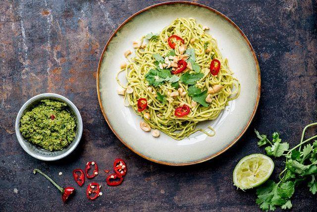 Dit recept voor korianderpesto is afkomstig uit het prachtige Pindakaas Kookboek. Blader door dit kookboek en je wilt echt álles meteen maken.