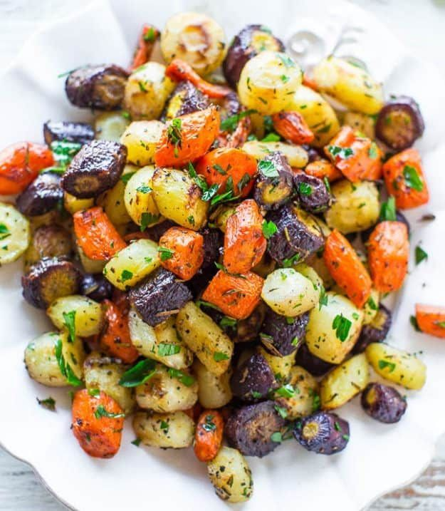 Herb-Roasted Tri-Colored Carrots | Traditional Easter Dinner Menu | https://homemaderecipes.com/traditional-easter-dinner-menu-recipes/