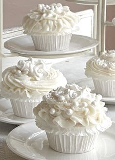With Silver/Grey paper cups!   Summer whites | Inspiration | Cupcakes