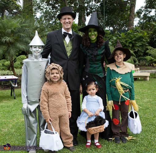 This is a classic! Wizard of Oz family Halloween costume idea