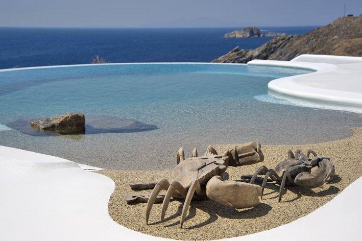Griekse sfeer in je interieur met blauw en wit! Deze prachtige villa staat in Mykonos, in Griekenland. We vonden de foto's via Houseideas. Omdat we nu helemaal van de zomer kunnen gaan genieten en de vakantie voor de deur staat, kunnen we deze vrolijke vakantiebeelden...