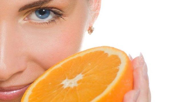 C-Vitamiiniga näohooldus + kätehooldus  C-vitamiiniga näohooldus võitleb naha glükeerumise vastu, esimeste kortsukeste vastu ja parandab nahas melanogenesist. Näonaha vananedes toimub nahas glükeerumine - glükoos ümbritseb kollageeni ja elastiini fiibrid , mis muudab need jäigaks ja paindumatuks. Vananemist ennetav hooldus taastab kollageeni ja elastiini paindlikuse, vähendab pigmendi laike, tugevdab kappilaaride seinu, leevendades couperosat (kuperoosat). Hoolduse koostisaineteks on ...