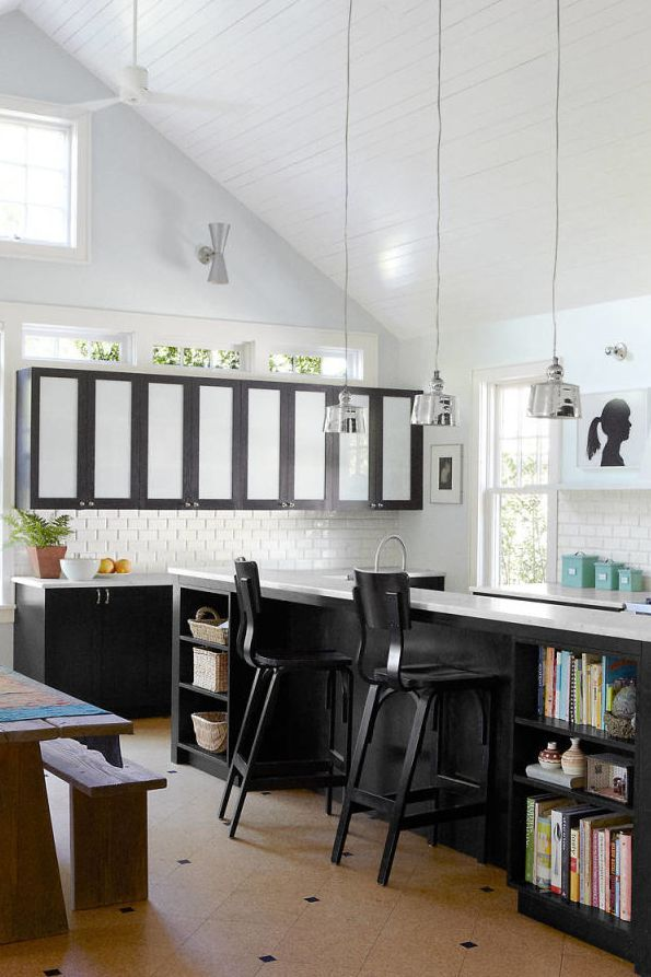 Here S How To Craft A Classic Black And White Kitchen White Modern Kitchen White Kitchen Decor Two Tone Kitchen Cabinets