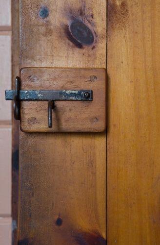 Todos os detalhes são bem pensados na cabana, como o acabamento arredondado das fechaduras rústicas