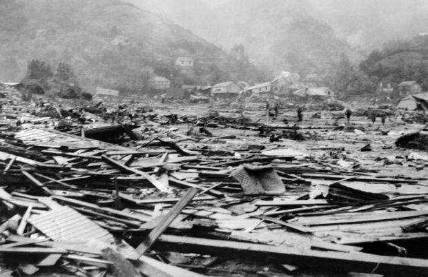 Vista dos destroços no porto de Corral, na província de Valdivia, arrasado por um maremoto após o sismo - 1. Valdivia, Chile - 22 de maio de 1960 Conhecido também como o Grande Sismo do Chile, o terramoto de Valdivia figura em primeiro lugar da lista dos mais violentos já registados. Passava pouco das 15h de um domingo quando a terra começou a tremer com uma intensidade brutal, que atingiu 9,5 pontos na escala de Richter (máximo é de 10). Seguiu-se um maremoto com ondas até 25 metros que…