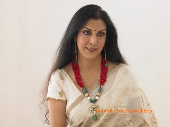 vani ganapathy wearing ruby emerald beads necklace..on an off white saree...love love this.. <3 <3