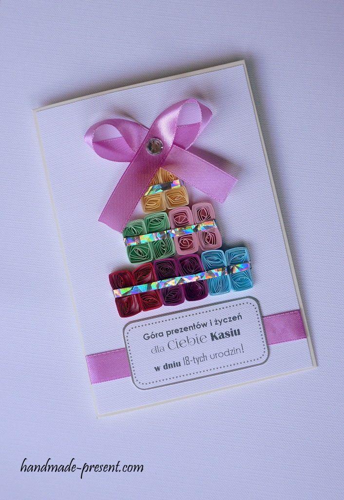 Kartka na 18 urodziny dla dziewczyny. Ręcznie wykonana z papieru, satynowej tasiemki, kryształku. Kartka spersonalizowana przedstawia prezenty osiemnastkowe.