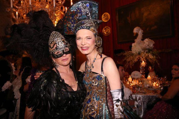 La stilista Alberta Ferretti con la padrona di casa, Antonia Sautter.#ballodeldoge #venice #carnival