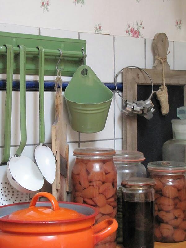 Bij Oma in de keuken. emaille materiaal, een lei en wekpotten met stoofpeertjes. :-)