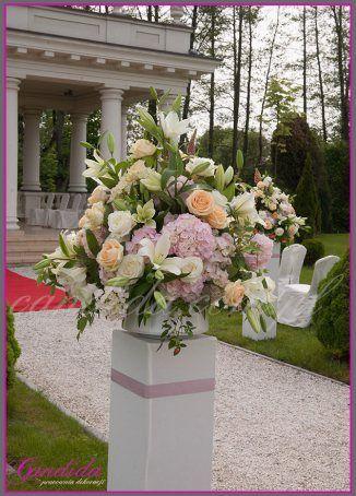 dekoracje kwiatowe ślubu w plenerze w Otrębusach 1 kompozycja kwiatowa na postumencie