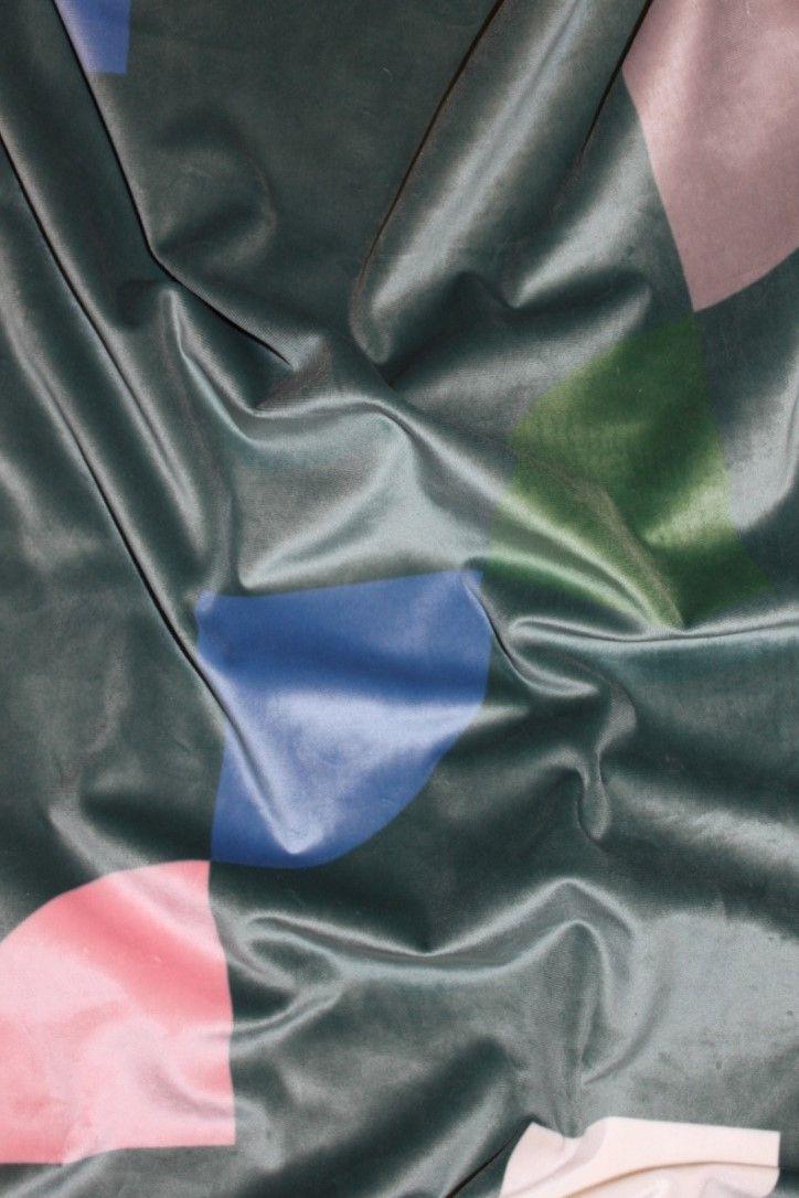 Gotain Slized sammetsgardin har ett retroaktivt formspråk som med sin djupgröna bakgrund ger ett modernt och klassiskt uttryck på samma gång.  Alla våra tyger vävs i Spanien, ett land med lång erfarenhet och bred kunskap inom textiltillverkning. Gardinerna är försedda med ett multiband som gör att upphängningen är universal. Det går lika bra att hänga dina gotain gardiner på gardinstång som i gardinskena med glid, fingerkrok eller ringar