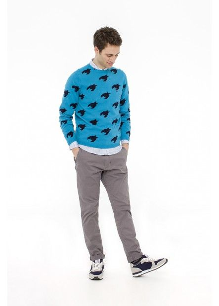 MAN FW15 LOOK 31 For an autumn marked by graphic patterns, choose this version turquoise sweater choker with contrasting details and wear it over a blue striped shirt white and gray and a couple of simple chinos. SUN68 Man FW15 #SUN68 #FW15 #man #sweater #chinos