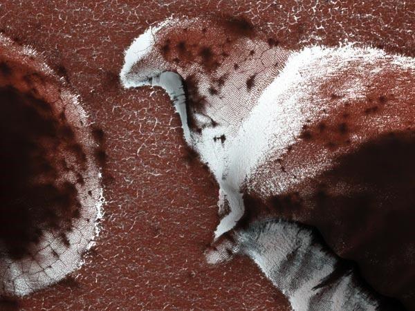 essa fotografia tirada pela sonda Mars Reconnaissance, da NASA, mostra dunas naturais presentes nas regiões polares do Planeta Vermelho.