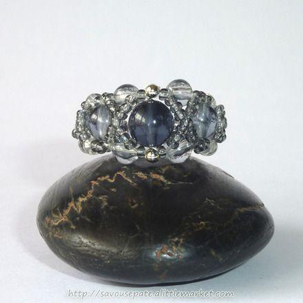 bague en perles de rocaille grise style baroque par savousepate. Black Bedroom Furniture Sets. Home Design Ideas