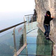 """Der """"Walk of Faith"""" in der chinesischen Provinz Hunan schlängelt sich auf einer Höhe von 1430 Metern um den Tianmen-Berg. Der Weg ist 60 Meter lang, knapp einen Meter breit und lässt 1200 Meter tief in den Abgrund blicken."""