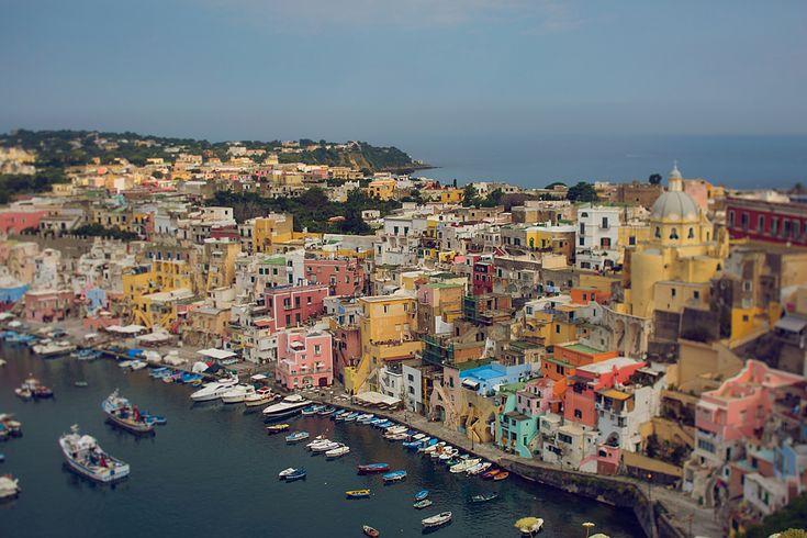 """<p>Остров Прочида — это красочный уголок вечного лета. Разноцветные домики и многочисленные ступеньки, уют узких улиц и маленькие машинки, разъезжающие по ним, яркие рыбацкие лодки, качающиеся на волнах, и красивый черный песок на пляже — мы встретимся со всем этим в сегодняшнем рассказе <a href=""""http://valleryfoto.com/"""">Валерии</a> о ее путешествии в это замечательное место.</p>"""