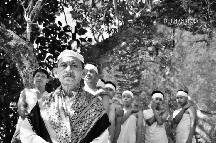 Pembuka dari rangkaian upacara adat ini dimulai dari rombongan Mbah Naryo (juru kunci) dan muridnya setelah melakukan Teteki (bertapa) di Gunung Limo.