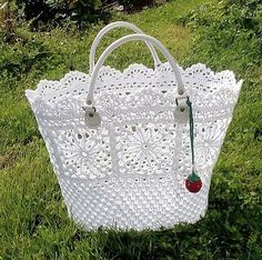 sadly the page is in another language, but I can likely figure out much of the pattern form this picture... I love this bag. mycrochet.blogg.se