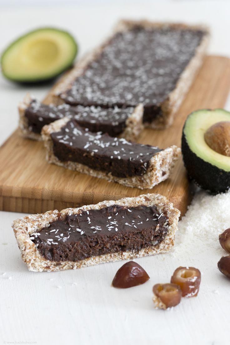 Vegane Schokoladen-Tarte mit Avocado, Datteln und Kokos – ohne Gluten und ohne Backen