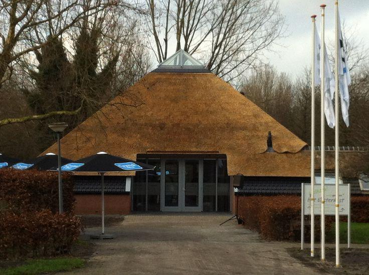 Het eksternest Almere. Piramide met rieten dak en glazen koepel.