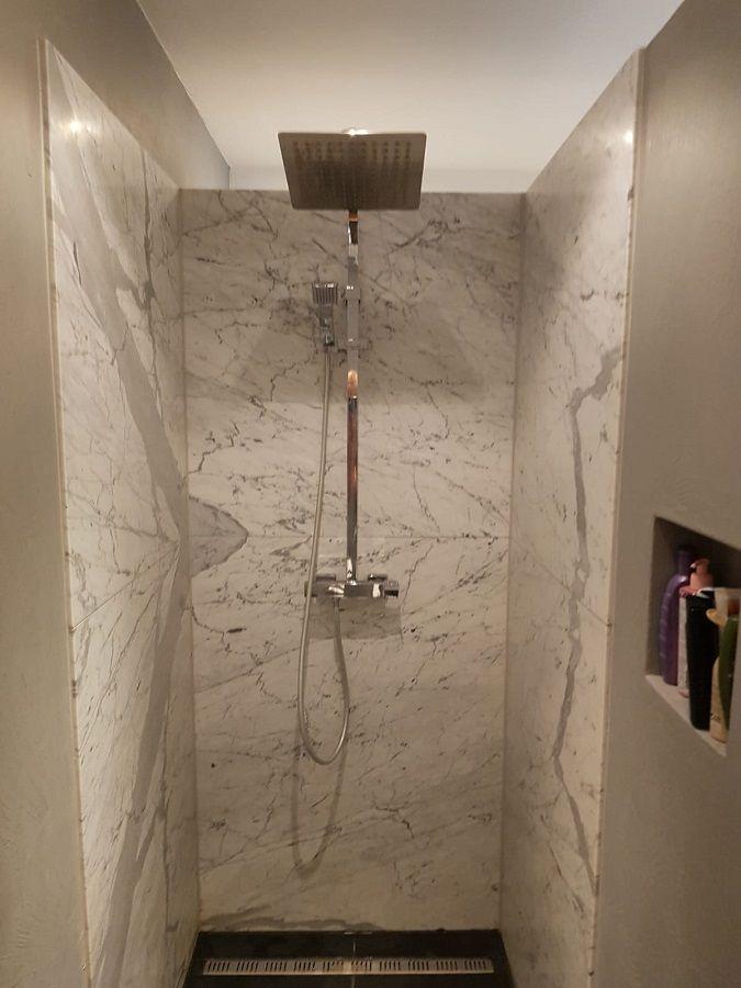 voorbeeld van de wandbekleding in een inloopdouche in de badkamer deze inloopdouche muur is bekleed