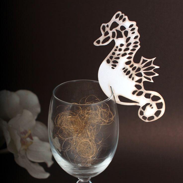 Winietki na kieliszki  wycinane laserowo w kształcie konika morskiego.