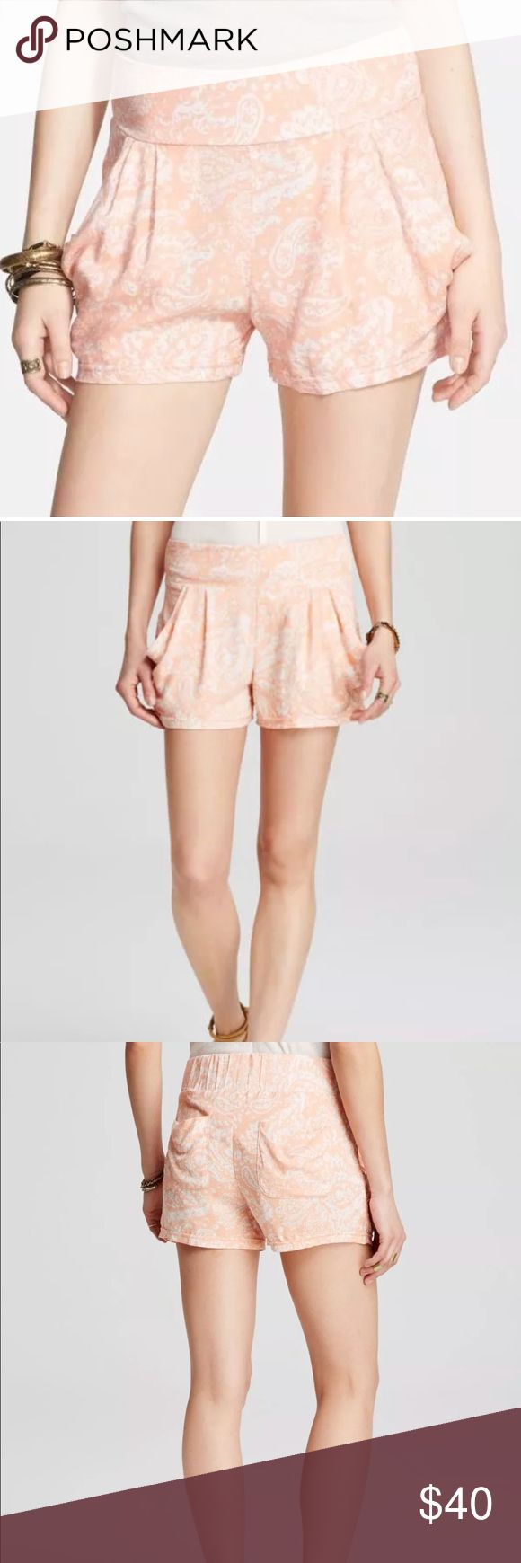 """NEW Free People Drapey Pocket Paisley Shorts Free People Paisley Print Drapey Pocket Shorts  Size: Small (4-6)  Waist - 15""""  Rise - 12"""" Inseam - 2.5"""" Length - 12.5""""  Condition: NEW without tags. Retail $78   Description:   Gentle pleats define leggy cotton shorts decked in a fetching paisley print. The design is outfitted with an elasticized waistband for easy pull-on styling. - 2.5"""" inseam; 26"""" leg opening; 12"""" front rise; 16"""" back rise  - Pull-on style - Front slant pockets; back patch…"""