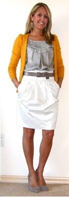 Оранжевый кардиган, белые брюки, серые балетки