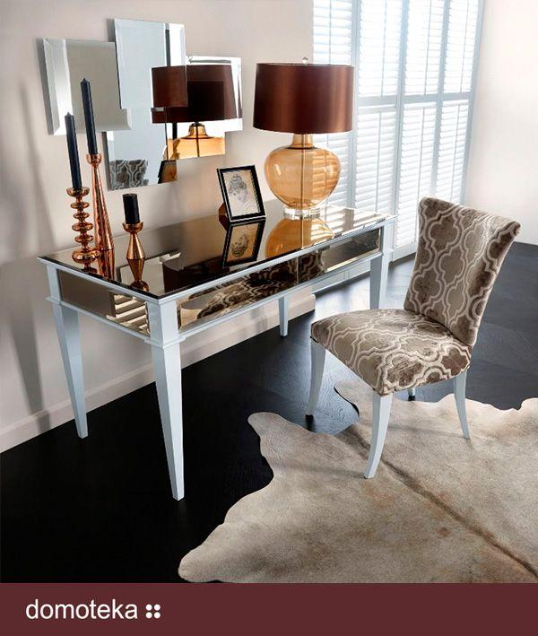 Idea jaka towarzyszyła twórcom w czasie projektowania biurka Egiza to szerokie pojęcie mobilności. Biurko jest perfekcyjnie wykończone z każdej strony, może zatem stanąć w centralnym miejscu wnętrza. Możemy pokusić się o wykorzystanie biurka Egizy jako stołu w pomieszczeniu o ograniczonej ilości miejsca. Lustrzane dodatki wykończenia biurka Egiza tworzą go uniwersalną formą w aranżacji wnętrza.