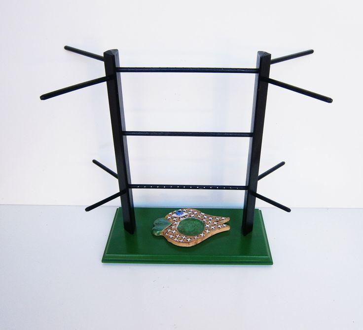 Dřevěný stojan na šperky zelený s rybou Dřevěný stojan na šperky s keramickou mističkou (Fler, ALLKA, rybička s prohlubní, která je na dně vyplněna roztaveným barevným sklem), je vyrobený ze smrkového dřeva. (vršek) a středně tvrdé dřevovláknité deksy (obdélníková základna) Mistička ve tvaru ryby o rozměrech 13cm x 8,5 cm slouží pro ukládání prstýnků či ...