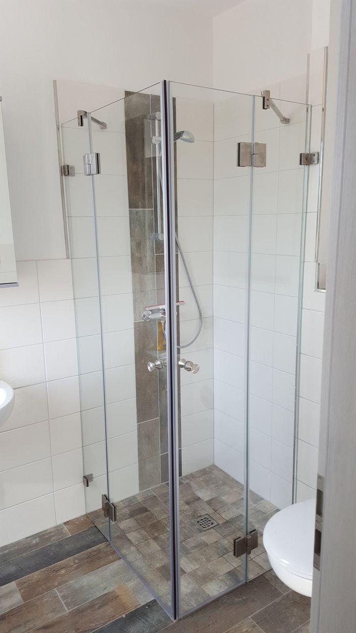 Eckdusche Mit Tur Elegantes Und Schlichtes Design Sorgt Fur Ein Modernes Badezimmer Badezimmer Schlicht Glasdusche Eckduschen Glasduschen Dusche