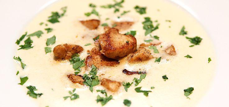 En aromatisk, lett krydret og smaksrik kyllingsuppe med indisk vri. Laget på kyllingkraft med ingredienser som ingefær, chili, hvitløk og koriander så snakker vi her en nydelig hverdagssuppe klar f…