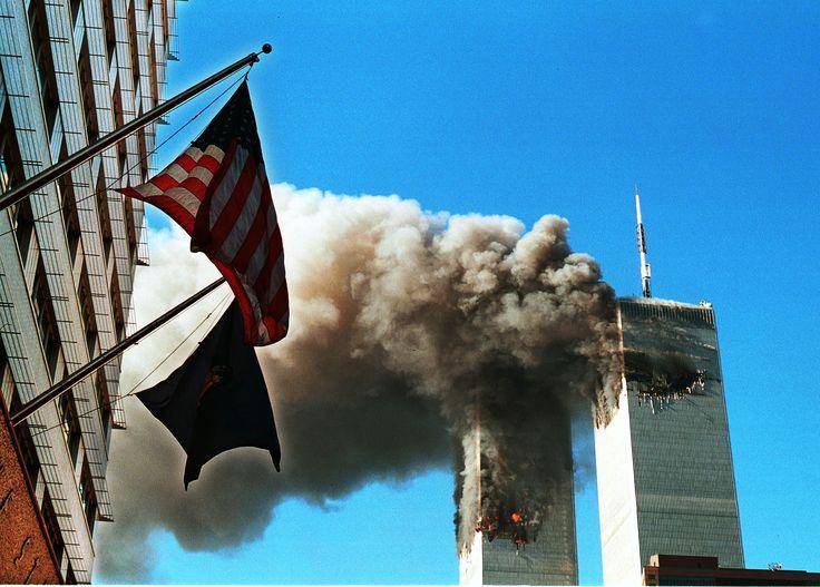 11 DE SETEMBRO (2001) No dia 11 de setembro de 2001, aviões sequestrados pelo grupo terrorista Al-Qaeda voaram até o centro empresarial World Trade Center, em Nova York, e atingiram as duas Torres Gêmeas. Um terceiro acertou o Pentágono, em Washington, sede do Departamento de Defesa americano. Outro avião foi derrubado em Shanksville, Pensilvânia, quando passageiros teriam evitado que os terroristas atingissem o alvo original.