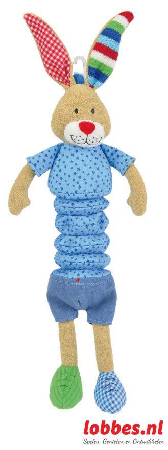 Muzikaal knuffelkonijn met muziekdoosje in zijn buik. Door aan de beentjes van het konijntje te trekken speelt er een zacht slaapliedje af. Het konijntje heeft een shirtje met sterrenpatroon en een spijkerbroekje aan. lobbes.nl