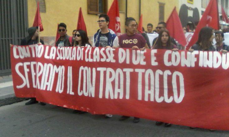 E' in corso la mobilitazione degli studenti contro la 'buona scuola' Renzi. Decine di giovani cosentini stanno manifestando per le strade della città