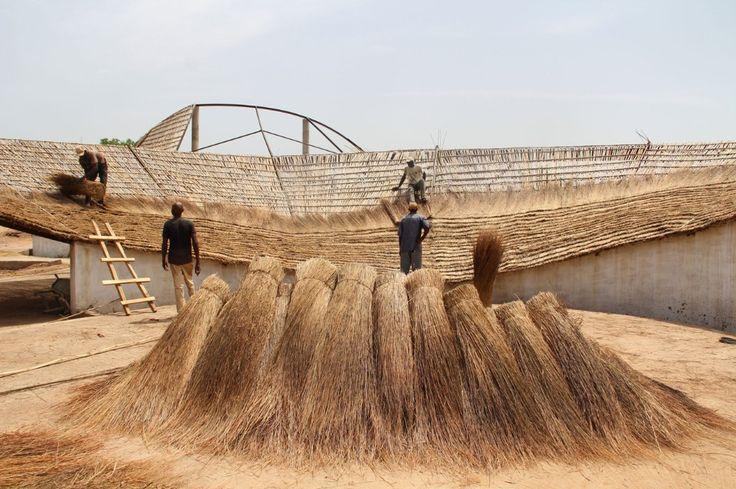 Il centro culturale progettato in un villaggio rurale del Senegal da Toshiko Mori – su commissione della Josef e Anni Albers Foundation – utilizza materiali locali e manodopera indigena per dare forma a una residenza per artisti che è anche un cardine per la comunità locale.