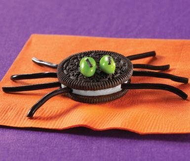 Imse vimse oreospindel… De här dekorativa spindlarna av oreokakor passar alla! Även de som har svårt för små kravlande kryp. Och skulle någon mot förmodan ändå bli rädd är det bara att gömma undan dem -  i munnen!