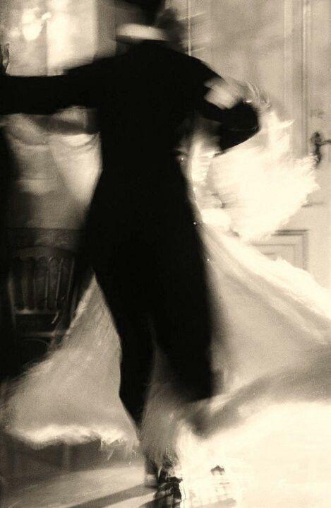 Nina si gettò tra le braccia dell'amato che la fece girare come se ballassero un valzer...
