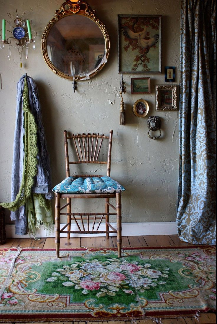 ... Hodge podge decor but so vintage in a way!