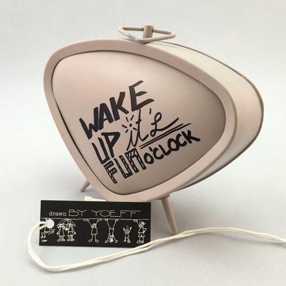 Wekker in jaren 60 stijl. Uniek stuk uit de serie kunstwerkjes Make waves, not waste By Yoeff.